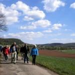 Von Schützingen wandern wir vorbei am Maisenbachhof