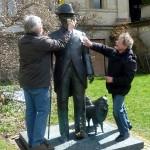 Staub wischen am Denkmal von König Wilhelm II.