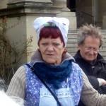 Bewaffnet mit Besen und Staubtuch geht es mit Frau Schwätzele durch die Stuttgarter Innenstadt