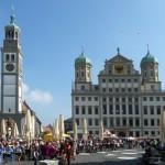 Kinderfest auf dem Rathausplatz. Im Hintergrund Rathaus und Perlachturm.
