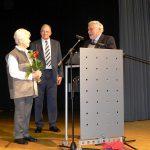 Gisela Hascher und Karl-Heinz Kieß (in Abwesenheit) werden von RolfWalther Schmid mit dem Ehrenschild des schwäbischen Albvereins geehrt