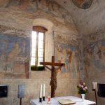 Wandgemälde und Altar